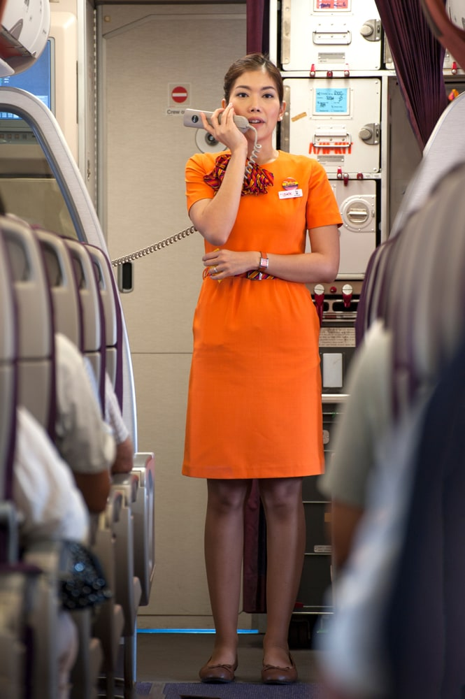 stewardess mit microfon in der hand