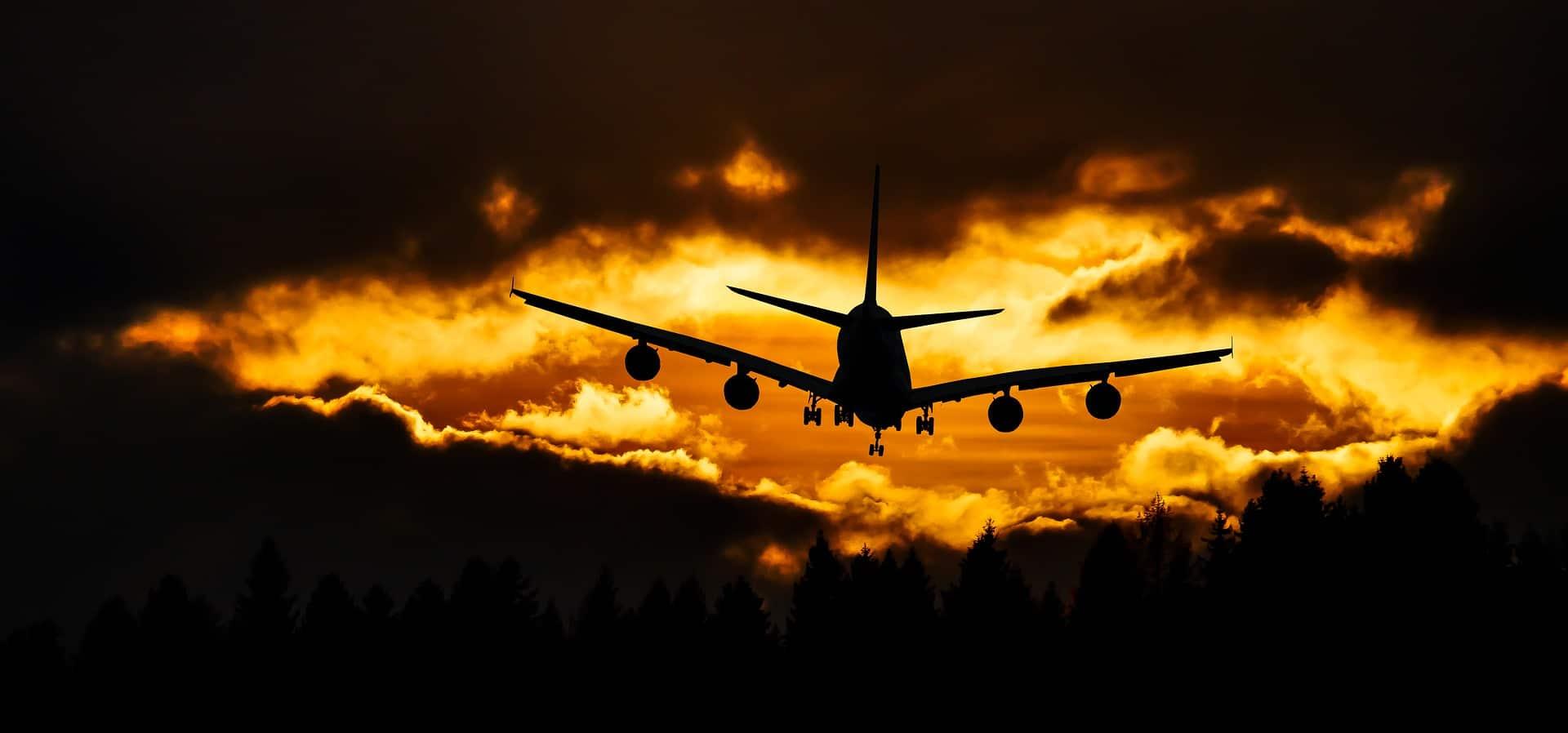 flugzeug-fliegt-in-wolken