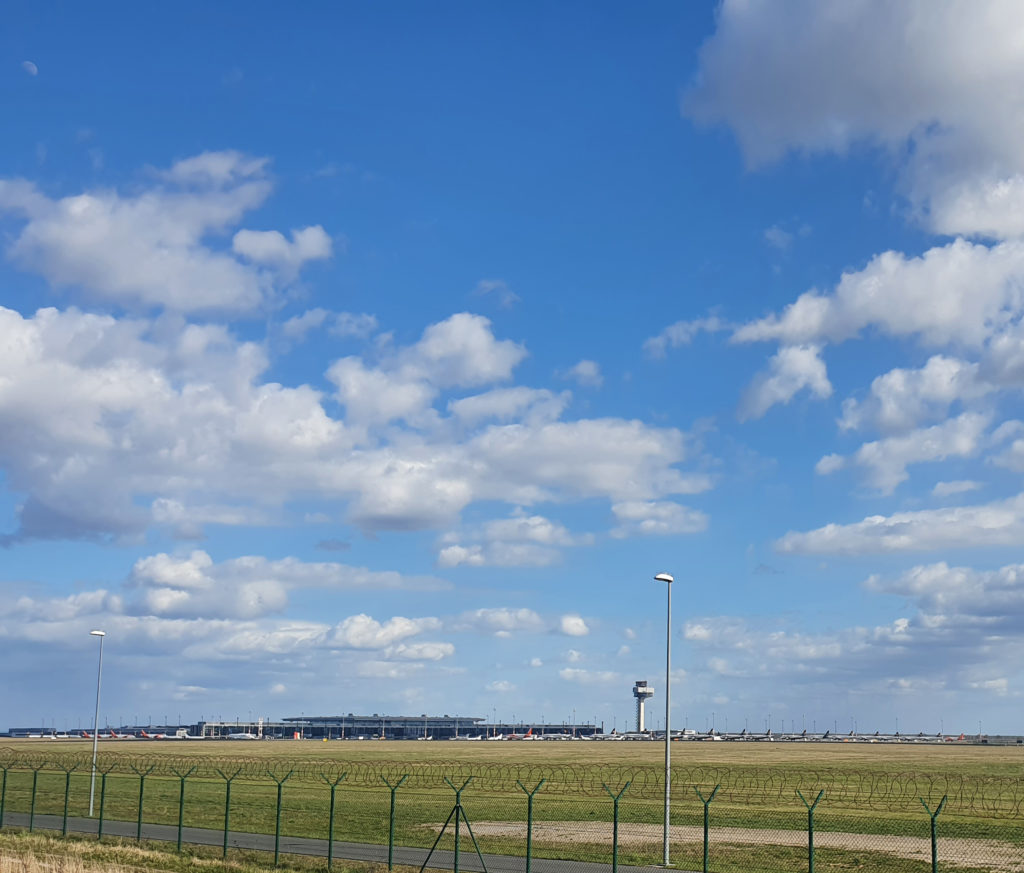 Unzählige Flugzeuge parken am Flughafen Berlin Schönefeld