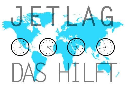 Weltkarte mit Uhren und Schriftzug Jetlag hilft